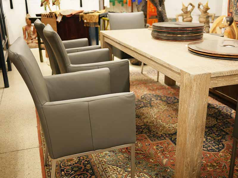 Esstisch und Leder-Sessel
