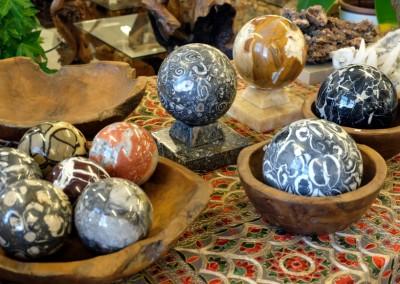 Edelstein-, Marmor-, und fossile Kugeln