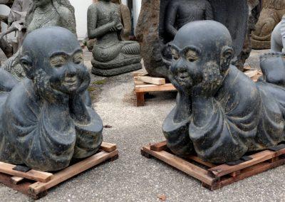Freundliche liegende Mönche