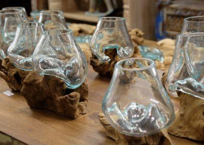 Kleine Vasen auf Teakwurzeln