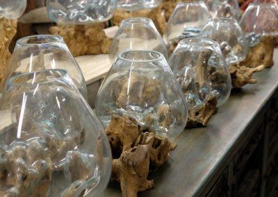 Mundgeblasene Vasen auf Teak
