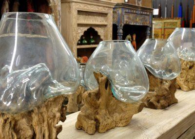 Grosse Vasen auf Teakholz